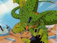 Cell atacando directamente a Piccolo